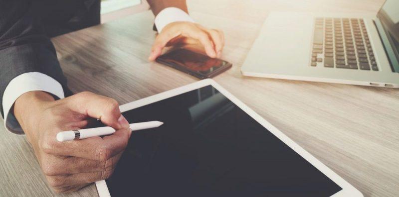Praca w biurze przy komputerze